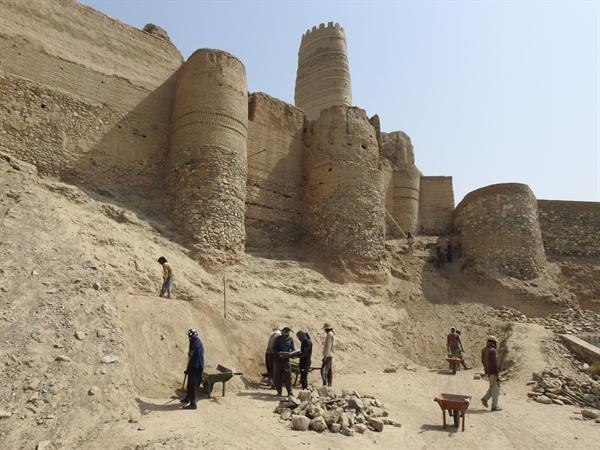 ادامه فعالیت های باستان شناسی در قلعه منوجان