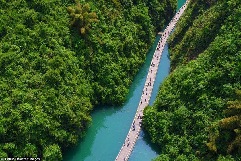 پیاده روی روی رودخانه؛ چین