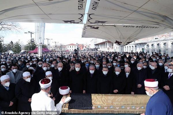 حضور اردوغان در مراسم تدفین بدون فاصله گذاری اجتماعی